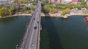 Powietrzny materiał filmowy ruch drogowy przy mostem zdjęcie wideo