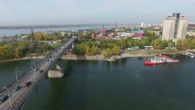 Powietrzny materiał filmowy ruch drogowy przy mostem zbiory