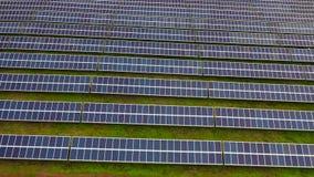 Powietrzny materiał filmowy setki energii słonecznej panel lub moduły wiosłuje Ogromna photovoltaic pv roślina po środku pustyni zbiory