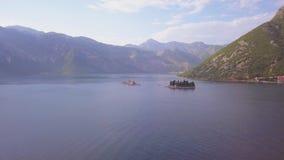 Powietrzny materiał filmowy St George i monaster na wyspach blisko Perast miasteczka w Kotor trzymać na dystans zbiory