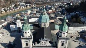 Powietrzny materiał filmowy stary historyczny kościół w Salzburg, Austria, w 4k zdjęcie wideo