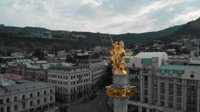 Powietrzny materiał filmowy swobody pomnikowy przedstawia St George, Tbilisi, Gruzja, Piękna antena strzelał St George zabytek zbiory