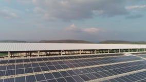 Powietrzny materiał filmowy wielki nabiału gospodarstwo rolne z panel słoneczny na dachach zbiory