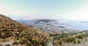 Powietrzny materiał filmowy wznosi się nad pasmem górskim i pochodzi nabrzeżna wioska zbiory