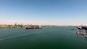 Powietrzny materiału filmowego ładunku statek przy dennym opuszcza portem zbiory wideo