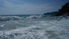 Powietrzny niski widok ocean piękne fale skalisty wybrzeże z greenery i zbiory wideo