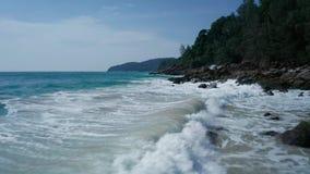 Powietrzny niski widok ocean piękne fale skalisty wybrzeże z greenery i zdjęcie wideo