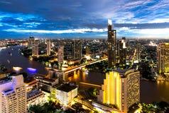 Powietrzny noc widok nad Bangkok nowożytnym budynkiem biurowym w Bangkok biznesowej strefie blisko rzeki z zmierzchu niebem w Ban Zdjęcie Royalty Free