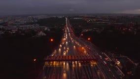 Powietrzny noc widok ruch drogowy droga z samochodami przechodzi przez punktu opłaty drogowej autostrada zdjęcie wideo