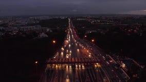 Powietrzny noc widok ruch drogowy droga z samochodami przechodzi przez punktu opłaty drogowej autostrada zbiory