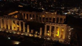 Powietrzny nocy wideo ikonowy antyczny akropolu wzgórze i Parthenon przy nocą, Ateny historyczny centrum zbiory
