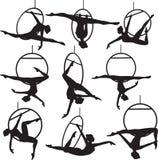 Powietrzny obręcza akrobata