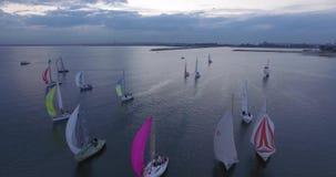 Powietrzny odgórny widok żeglowanie jachtu regatta Latać nad łodziami barwioni żagle zbiory wideo