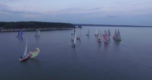 Powietrzny odgórny widok żeglowanie jachtu regatta Latać nad łodziami barwioni żagle zbiory