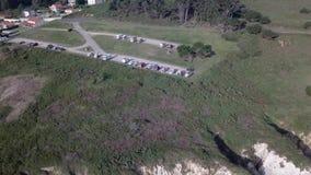 Powietrzny odgórny widok karawanowi obozowicze na morzu kosztującym przy słonecznym dniem Hiszpania Galicia Pantin zdjęcie wideo