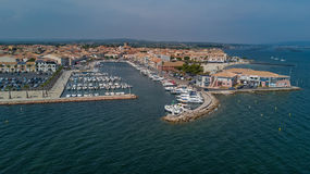 Powietrzny odgórny widok łodzie i jachty w marina od above, Meze miasteczko, Południowy Francja Zdjęcie Royalty Free
