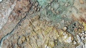Powietrzny odgórny widok denna i skalista plaża Lekkie fale nieznacznie uderza skały i falezy Jasnej wody morskiej odgórny widok  zdjęcie wideo