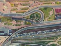 Powietrzny odgórny widok drogowy złącze w Moskwa od above, samochodu ruchu drogowym i dżemu wiele samochody, transportu pojęcie zdjęcia stock