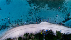 Powietrzny odgórny widok jasny błękitny morze w lato czasie na tropikalnej wyspie Obrazy Royalty Free