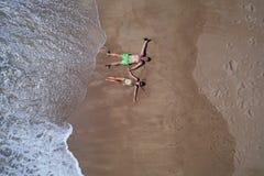 Powietrzny odgórny widok kłaść na piaskowatej plaży para fotografia royalty free