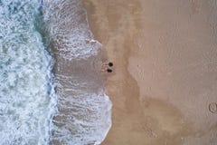 Powietrzny odgórny widok kłaść na piaskowatej plaży para obrazy royalty free