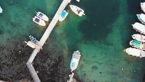Powietrzny odgórny widok molo i łodzie łowimy jachty Miasto zatoki schronienie przemysłowy zdjęcie wideo
