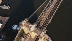 Powietrzny odgórny widok most brooklyński, z flaga amerykańską na nim Sceniczny widok Wschodnia rzeka w Nowy Jork, Ameryka zdjęcie wideo