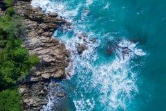 Powietrzny odgórny widok ocean piękne fale rozbija na skalistej wyspy wybrzeżu obrazy stock