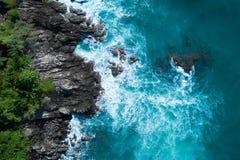 Powietrzny odgórny widok ocean piękne fale rozbija na skalistej wyspy wybrzeżu zdjęcia royalty free