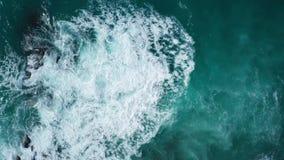 Powietrzny odgórny widok ocean piękne fale skalisty wybrzeże i zbiory