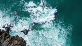 Powietrzny odgórny widok ocean piękne fale skalisty wybrzeże i zbiory wideo