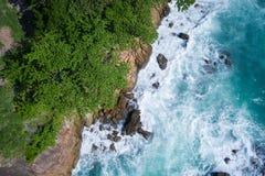 Powietrzny odgórny widok ocean piękne fale skalisty wybrzeże z greenery i fotografia stock