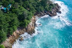 Powietrzny odgórny widok ocean piękne fale skalisty wybrzeże z greenery i zdjęcie stock