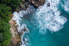 Powietrzny odgórny widok ocean piękne fale skalisty wybrzeże z greenery i zdjęcie royalty free