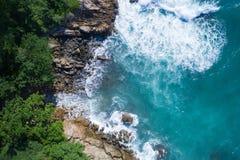 Powietrzny odgórny widok ocean piękne fale skalisty wybrzeże z greenery i obraz royalty free
