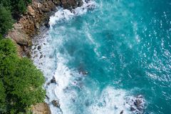 Powietrzny odgórny widok ocean piękne fale skalisty wybrzeże z greenery i fotografia royalty free