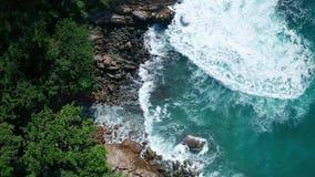 Powietrzny odgórny widok ocean piękne fale skalisty wybrzeże z greenery i zdjęcie wideo