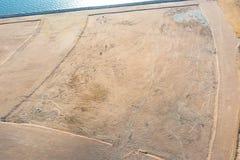 Powietrzny odgórny widok od wzrosta sztucznie tworzący gruntowy teren, zakrywającego z wodą morską Pojęcie odzyskiwać ziem fotografia royalty free
