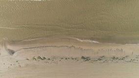 Powietrzny odgórny widok piasek plaża z małymi falami zbiory wideo