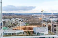 Powietrzny odgórny widok Rzeczny okręg - mieszkań osiedla mieszkaniowe w budowie w Vancouver na żołnierz piechoty morskiej przeja obraz stock