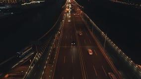 Powietrzny odg?rny widok autostrady wymiana przy noc? Powietrzny odg?rny widok drogowy z??cze z g?ry, samochodu ruch drogowy i d? zbiory wideo