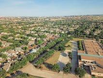 Powietrzny okręg szkolny blisko mieszkaniowych domów w Irving, Teksas, Zdjęcie Stock