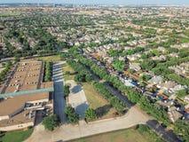 Powietrzny okręg szkolny blisko mieszkaniowych domów w Irving, Teksas, Obraz Stock