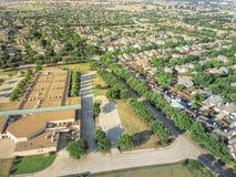 Powietrzny okręg szkolny blisko mieszkaniowych domów w Irving, Teksas, Zdjęcia Stock
