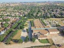 Powietrzny okręg szkolny blisko mieszkaniowych domów w Irving, Teksas, Zdjęcie Royalty Free