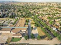 Powietrzny okręg szkolny blisko mieszkaniowych domów w Irving, Teksas, Obraz Royalty Free