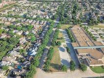 Powietrzny okręg szkolny blisko mieszkaniowych domów w Irving, Teksas, Fotografia Royalty Free