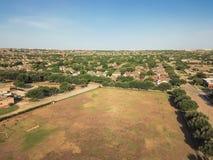 Powietrzny okręg szkolny blisko mieszkaniowych domów w Irving, Teksas, Zdjęcia Royalty Free