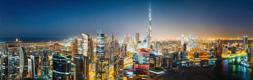 Powietrzny panoramiczny widok duży futurystyczny miasto nocą BIZNES zatoka, DUBAJ, UAE Obraz Stock