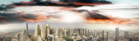 Powietrzny panoramiczny widok Dubaj Marina drapacze chmur przy zmierzchem Fotografia Stock